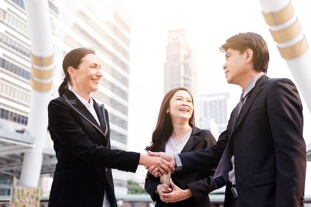 Femme d'affaires et business man handshake avec partenaire concept de deal greeting.