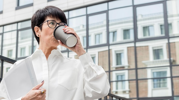 Femme affaires, café buvant, vue basse