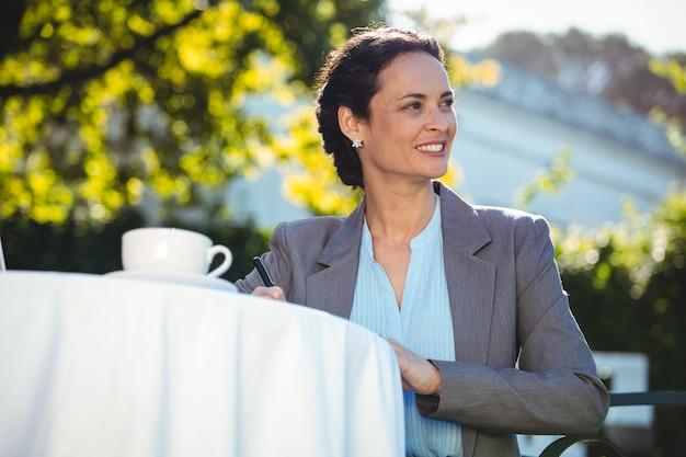Femme affaires, café