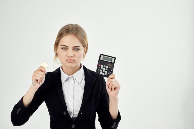 Femme d'affaires avec calculatrice et pièce de monnaie économie financière bitcoin. photo de haute qualité