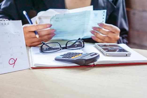 Femme d'affaires calculer ses factures mensuelles