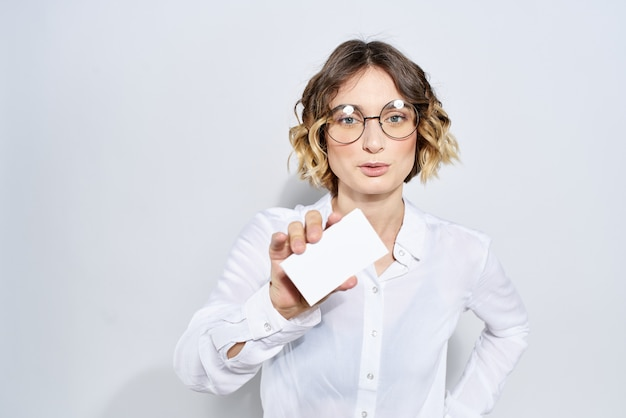 Femme d'affaires avec carte de crédit en maquette de lumière à la main.