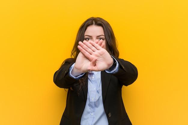 Femme d'affaires caucasien taille plus faisant un geste de déni