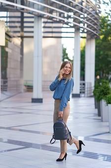 Femme d'affaires caucasienne parlant par téléphone. portrait à la taille d'une femme européenne réussie, parlant au téléphone,