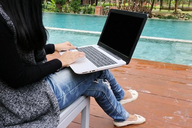 Femme affaires, charmant, peau bronzée, affaires asiatiques, femme chic, main, travail, ordinateur portable, à, piscine