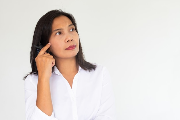 Femme d'affaires en chemise blanche vous avez des doutes ou imaginez quelque chose