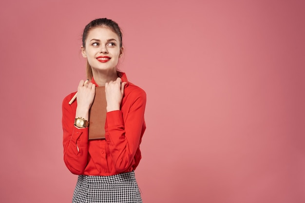 Femme d'affaires chemise rouge fond rose exécutif