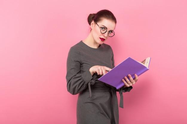 Femme d'affaires avec un chignon et un livre