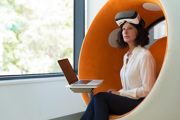 Femme d'affaires choquée par l'expérience de la réalité virtuelle