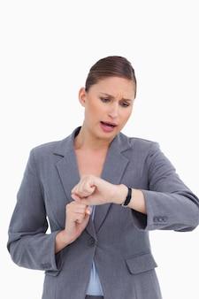 Femme d'affaires choquée vérifiant sa montre