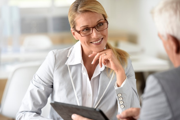 Femme affaires, client, réunion affaires