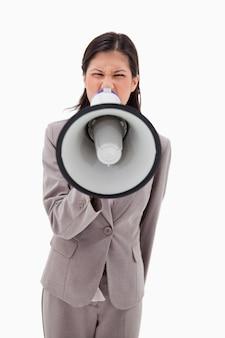 Femme d'affaires en colère criant à travers le mégaphone