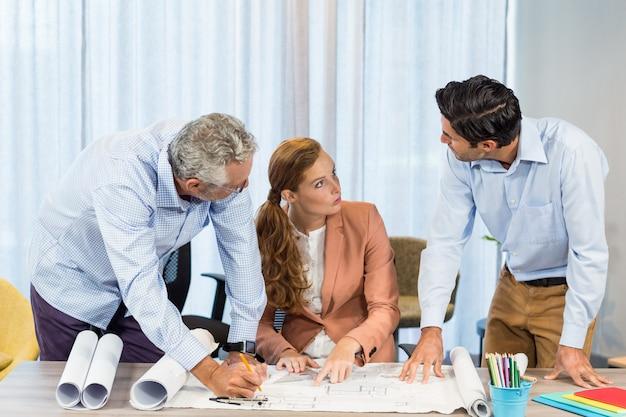 Femme affaires, collègues, discuter, plan