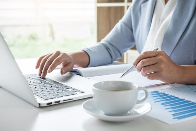 Femme d'affaires comptable financier travaillant audit et calcul du bilan du rapport.