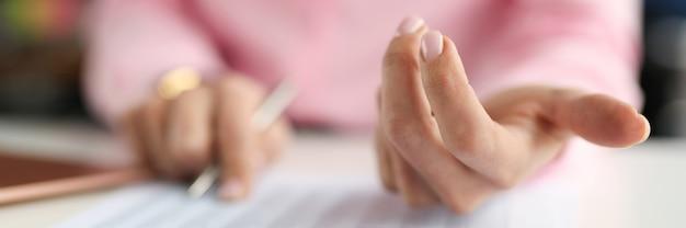 Femme d'affaires comptant des nombres dans le concept de comptabilité de plan rapproché de document