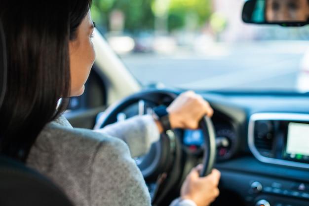 Femme affaires, conduire voiture