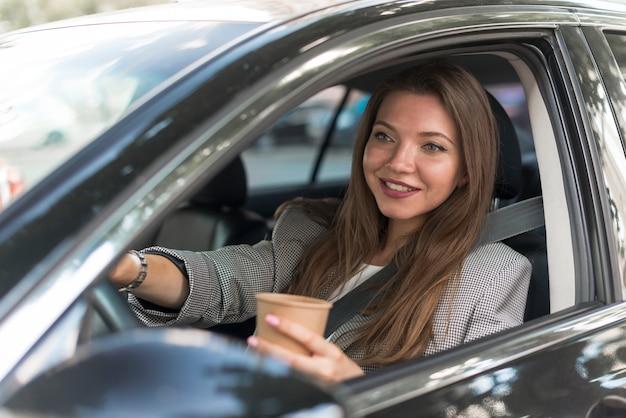 Femme d'affaires conduisant une voiture