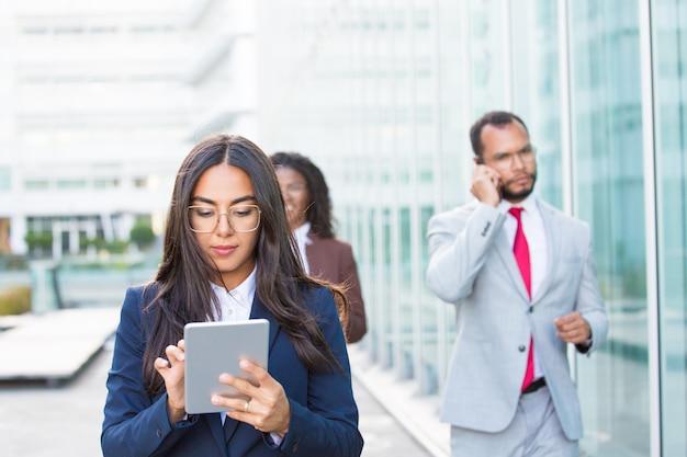 Femme d'affaires confiant à l'aide de tablette