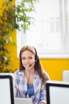 Femme d'affaires confiant avec un casque au bureau créatif