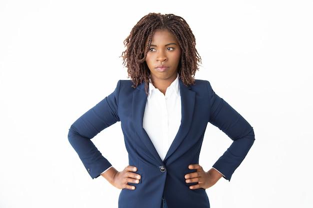 Femme d'affaires confiant avec les mains sur la taille