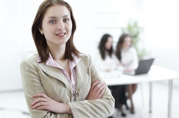 Femme d'affaires confiante sur le bureau