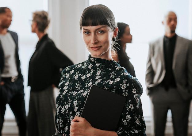 Femme d'affaires confiante debout avec une tablette numérique