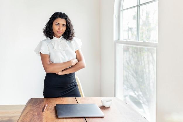 Femme d'affaires confiante lors d'une réunion