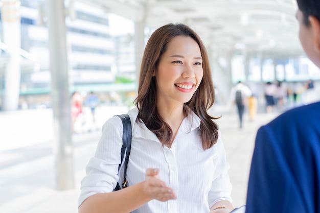 Femme d'affaires confiante, parler de l'avenir des affaires avec partenaire