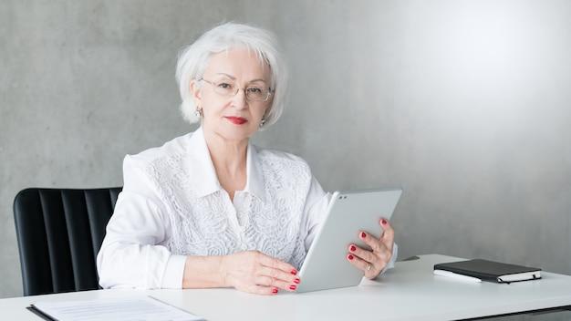 Femme d'affaires confiante. patron féminin mature. pouvoir et succès