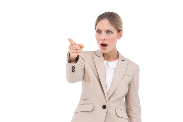 Femme d'affaires confus pointant quelque chose