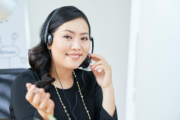 Femme d'affaires consultant des clients