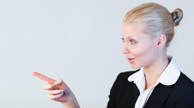 Femme d'affaires contemplant