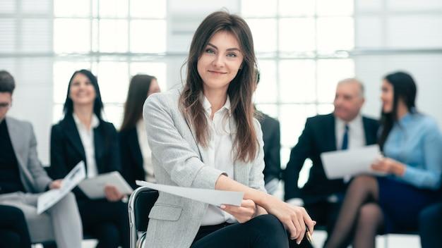 Femme d'affaires contre le de ses collègues.