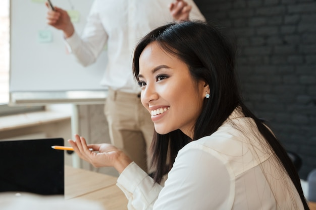 Femme affaires, conversation, collègue