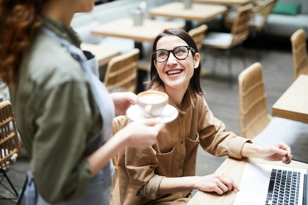 Femme affaires, conversation, serveuse, café