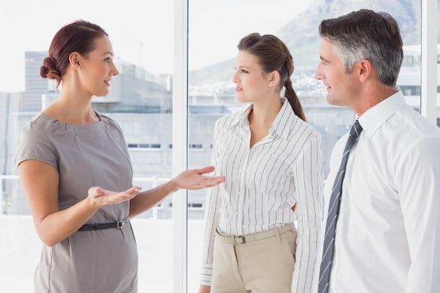 Femme d'affaires en conversation avec ses collègues