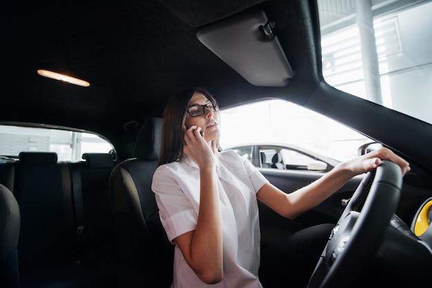 Femme affaires, conversation téléphone, dans voiture