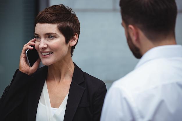 Femme affaires, conversation téléphone mobile