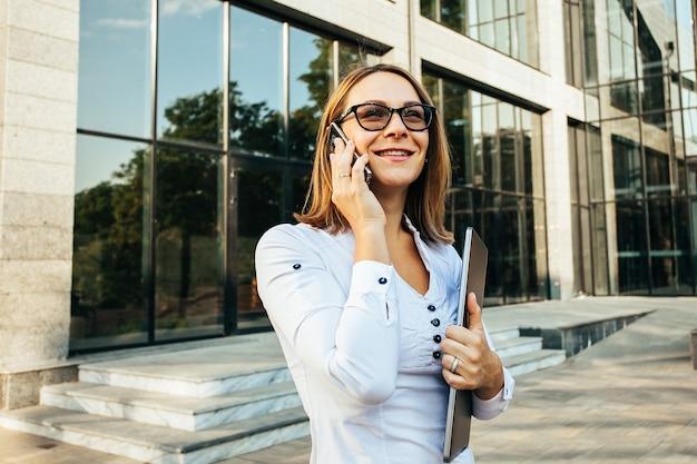 Femme affaires, conversation téléphone portable