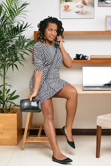 Femme affaires, conversation téléphone