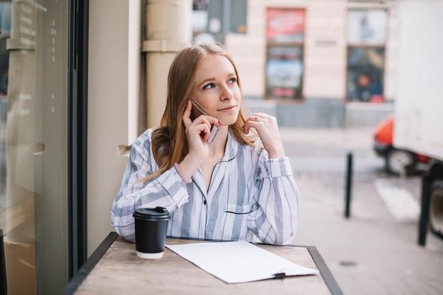 Femme affaires, conversation