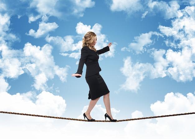 Femme affaires, corde, fond, ciel