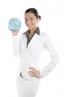Femme d'affaires avec costume blanc et carte du monde