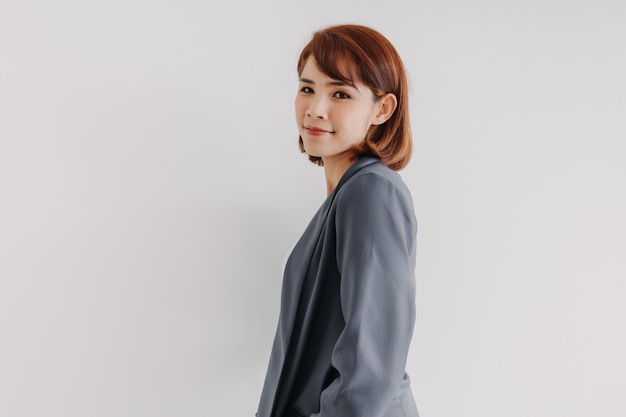 Femme d'affaires en costume décontracté blanc et bleu et fond blanc