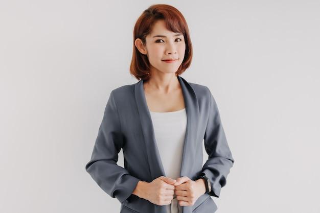 Femme D'affaires En Costume Décontracté Blanc Et Bleu Et Fond Blanc Photo Premium