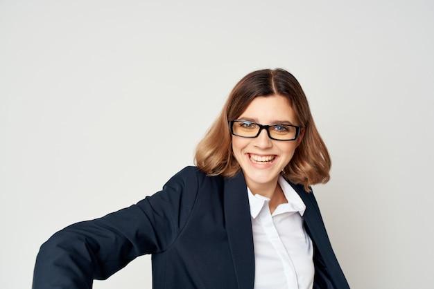 Femme d'affaires en costume d'émotions amusantes gestionnaire agrandi fond clair