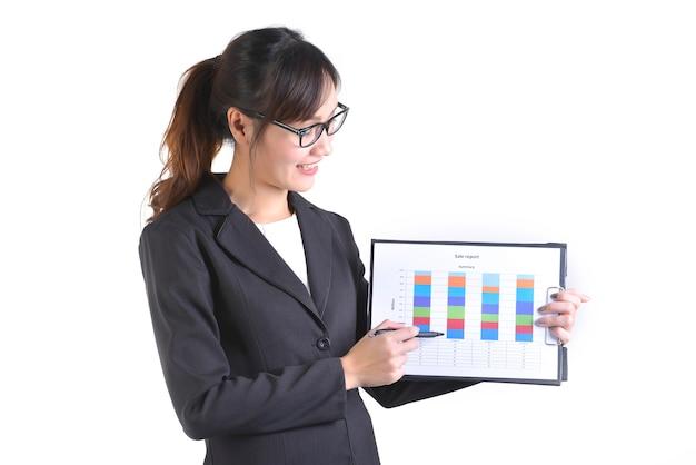 Femme d'affaires en costume tenant un dossier noir avec de la paperasse.