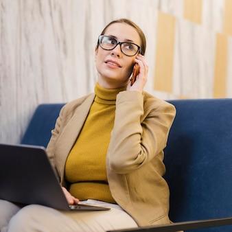 Femme d'affaires coup moyen sur téléphone