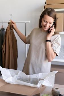 Femme d'affaires coup moyen avec téléphone