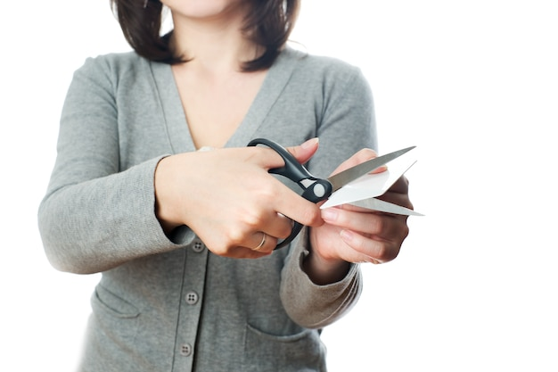 Femme d'affaires coupe la carte de crédit